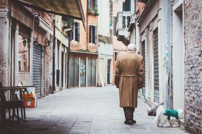 promenade personnes âgées chien